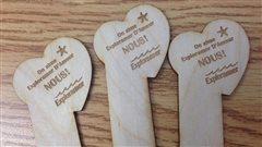 L'ébéniste David-Yan Auclair a remis 1000 dollars à la campagne de dons d'Exploramer après avoir vendu 200 signets de bois.