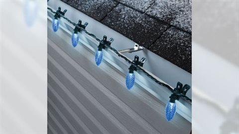 Ces lumières de Canadian Tire avec pince intégrée se fixe aisément et plus rapidement aux maisons.