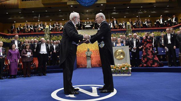 Arthur McDonald reçoit son prix Nobel des mains du roi de la Suède, Karl Gustaf.