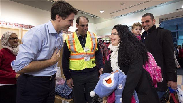 El primer ministro de Canadá, Justin Trudeau, da la bienvenida a refugiados sirios en Toronto.