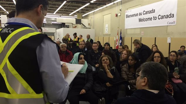 Une cinquantaine d'interprètes attendent le contingent de réfugiés à l'aéroport de Montréal.