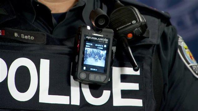 Un policier équippé d'une caméra corporelle