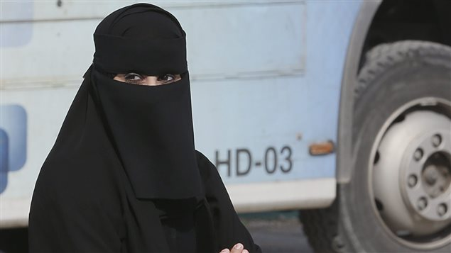 Une femme à la sortie des urnes, en Arabie Saoudite