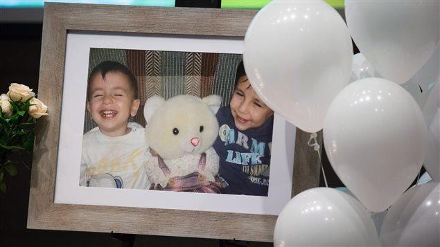 Une photo du petit Alan et de son frère Galip Kurdi exposée lors d'une cérémonie à leur mémoire et à celle de leur mère, tenue à Vancouver en septembre 2015