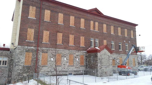 Les fenêtres de l'école l'Harmonie ont été placardées.