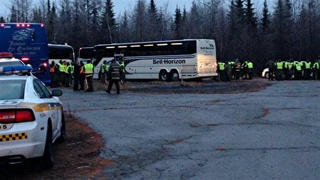 Deux autobus bondés de policiers ont pénétré le périmètre de sécurité lundi matin pour la reprise des recherches entourant la disparition de Cédrika Provencher.
