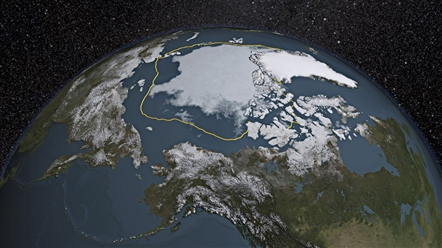 La ligne jaune représente l'étendue moyenne des glaces de l'Arctique en été. L'image représente la situation de 2015.