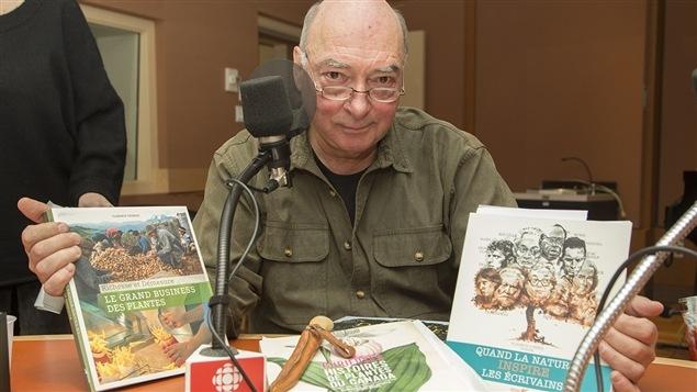 Pierre Gingras montre quelques-unes de ses suggestions de cadeaux pour amants de la nature.