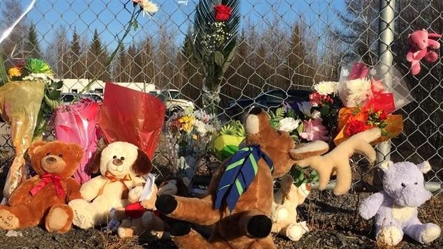 Le public est venu déposer fleurs et peluches près du lieu où les ossements de Cédrika Provencher ont été retrouvés