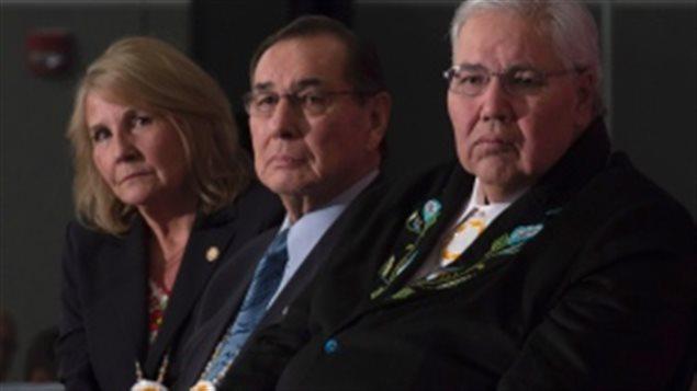 أعضاء لجنة الحقيقة والمصالحة من اليمين: القاضي مورّي سانكلير والمحامي ولتون ليتلتشايلد والصحافيّة ماري سانكلير