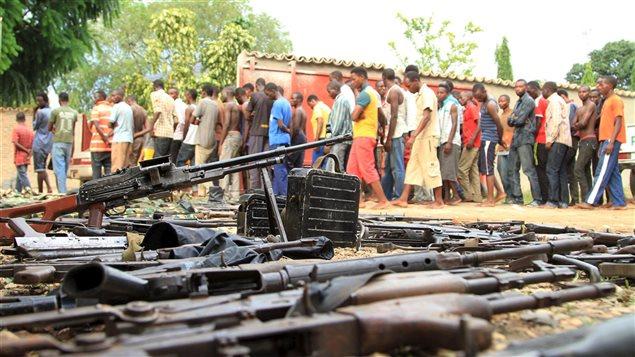 Des Burundais soupçonnés d'être des opposants au président lors de la découverte d'une cache d'armes.