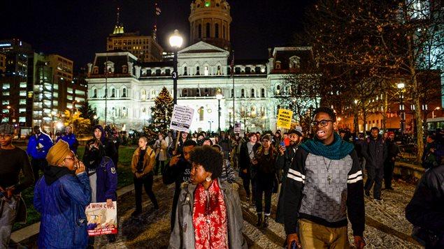 Manifestation contre l'annulation du proc�s d'un des policiers accus�s pour leur implication dans la mort du jeune Afro-Am�ricain Freddie Gray en d�cembre 2015.