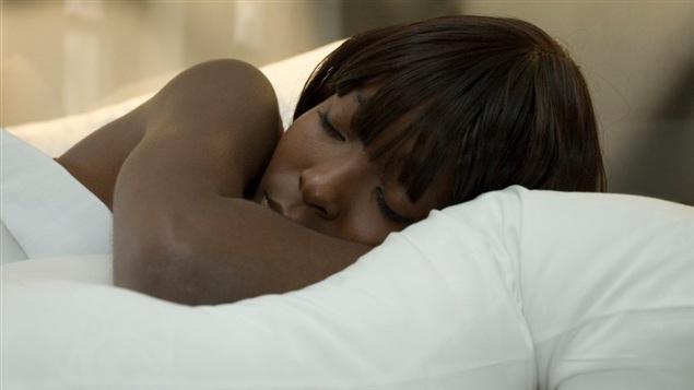 Une femme dort paisiblement.