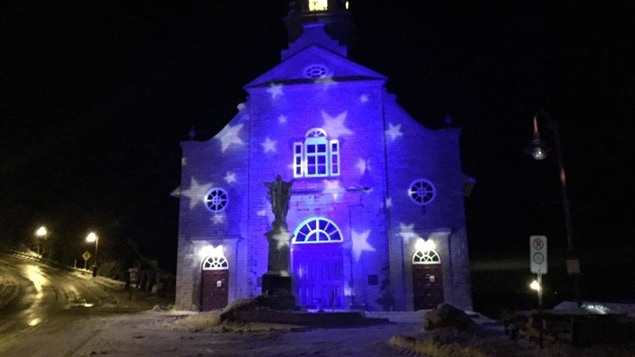 Un calendrier lumineux. 24 lanternes rouges qui illuminent en soirée des bâtiments architecturaux et patrimoniaux, et les maisons du village, du Manoir Mauvide-Genest jusqu'à la place de l'Église. Le soir de Noël, tout le village sera illuminé, éclairage maintenu jusqu'au 6 janvier.