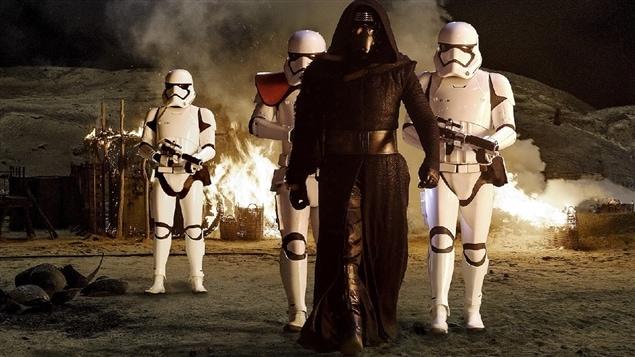 Adam Driver dans <i>Star Wars : le réveil de la force</i>, de J.J. Abrams