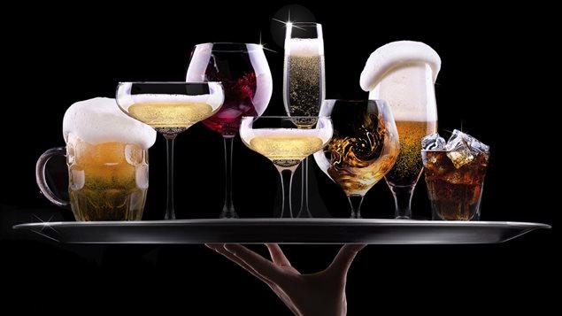 Un plateau de boissons alcooliques