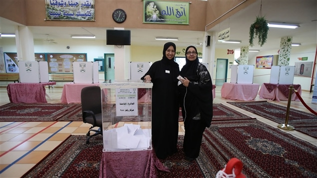 Deux Saoudiennes votent lors des élections municipales du 12 décembre.