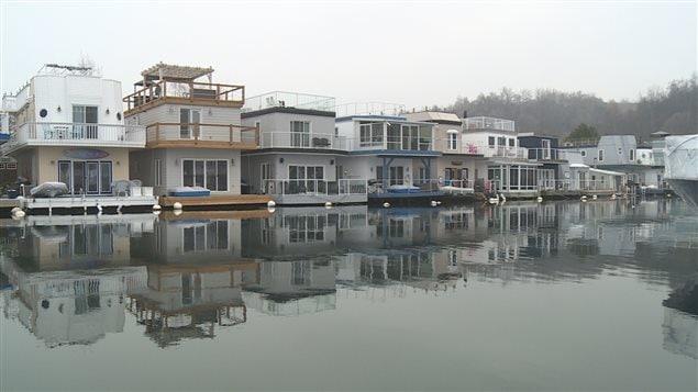 Vivre dans une maison flottante toronto m me en hiver ici radio - Acheter une maison en sci pour y habiter ...