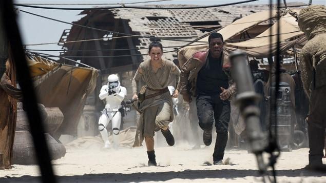 Daisy Ridley et John Boyega dans <i>Star Wars : le réveil de la force</i>, de J. J. Abrams