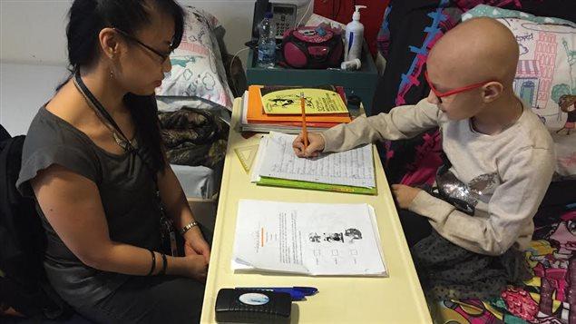 L'orthopédagogue Dan Khuong Huynh aide Anaïs à poursuivre son cheminement scolaire.