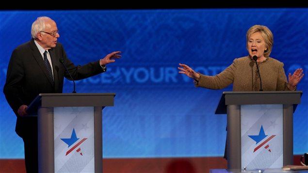 Bernie Sanders (gauche) et Hillary Clinton (droite) lors du troisième débat démocrate
