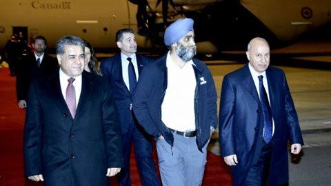Le ministre canadien de la Défense Harjit Sajjan marche avec le ministre de l'Intérieur kurde Karim Sinjari, à droite, et le ministre des Affaires étrangères Falah Mustafa Bakir kurde, à gauche, après son arrivée à Erbil, dans le nord de l'Irak. (Gouvernement régional du Kurdistan, Département des relations extérieures)