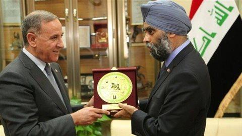 Le ministre canadien de la Défense Harjit Sajjan, à droite, rencontre le ministre irakien de la Défense Khaled al-Obeidi. (Khaled al-Obeidi Facebook)