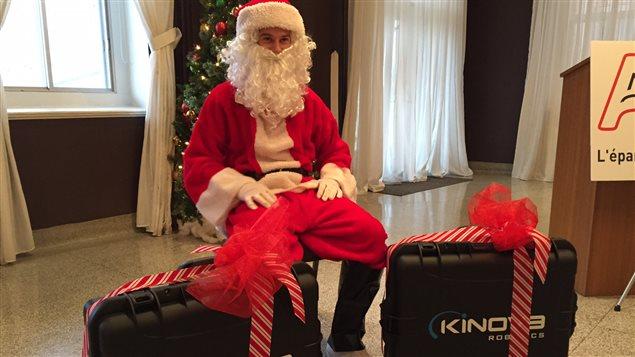 Le père Noël a offert un bras robotisé à deux personnes de la région lundi.