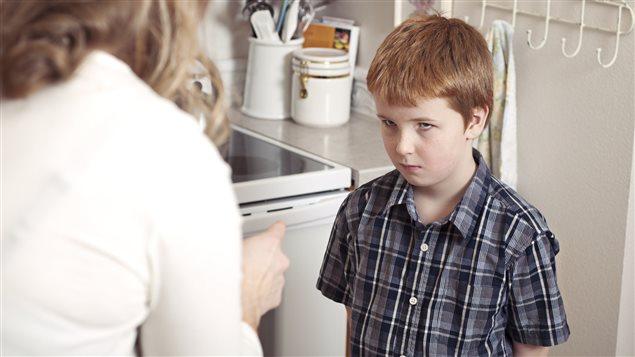 Un enfant se fait gronder par sa mère
