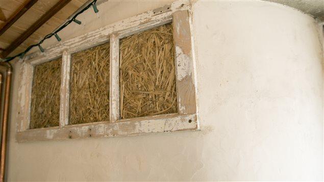 Cette ouverture est appelée «fenêtre de la vérité». C'est une tradition d'en prévoir une sur les maisons en paille.