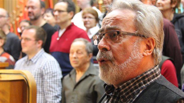 Michel Villemaire chante Minuit, chrétiens avec la chorale de Saint-Roch-de-l'Achigan