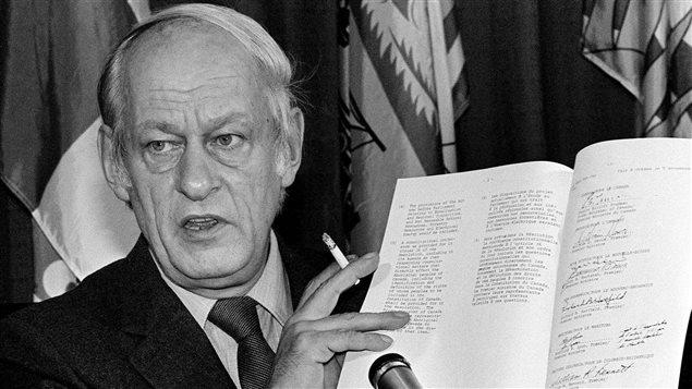 René Lévesque tient la Constitution, le 11 novembre 1981.