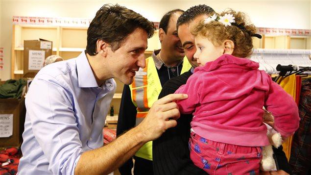 رئيس الحكومة الكندية في استقبال اللاجئين السوريين في مطار تورونتو