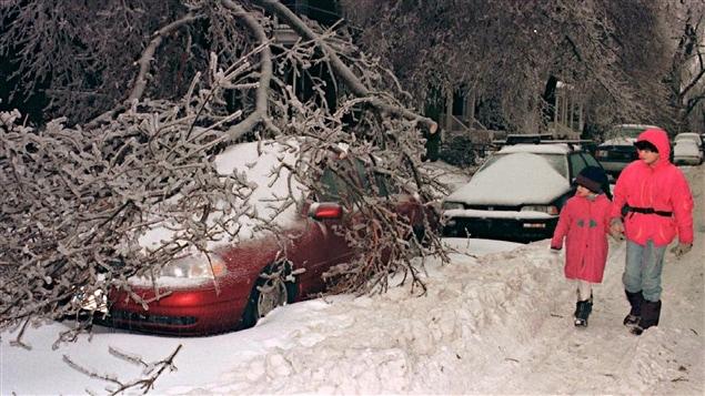 Une rue de Montr�al en pleine crise du verglas, en 1998.