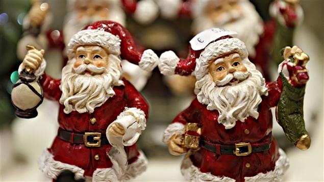 Des figurines du père Noël