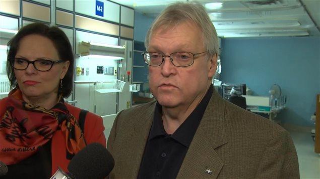 La ministre déléguée à la Réadaptation et à la Santé publique du Québec Lucie Charlebois et le ministre de la Santé Gaétan Barrette ont présenté le Plan d'action interministériel en dépendance mercredi.
