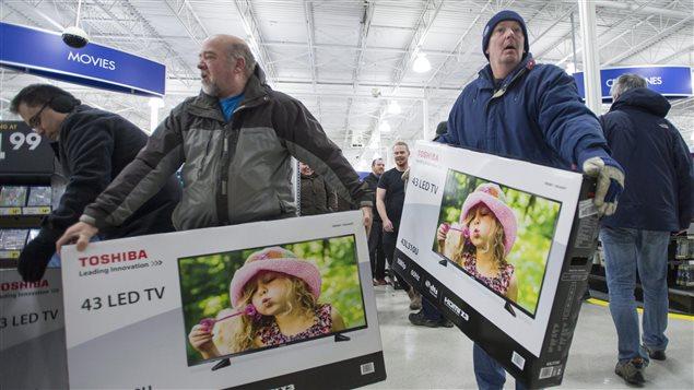Des hommes font des achats dans un Best Buy à Ottawa.