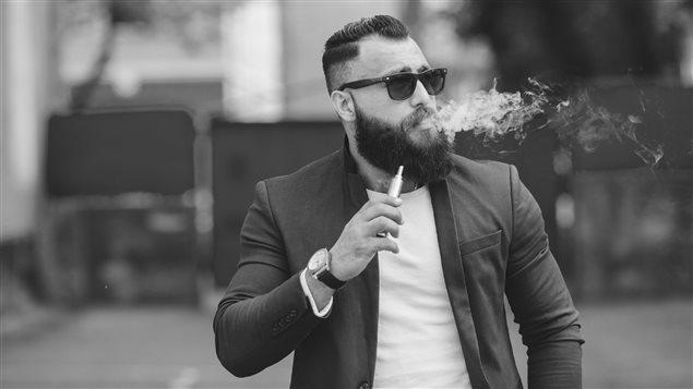 Un fumeur de cigarettes électroniques