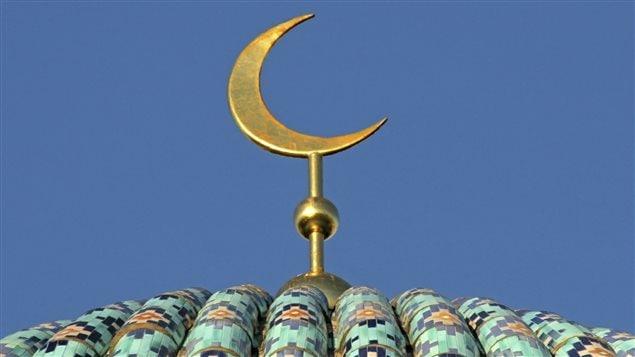 Un croissant de lune au sommet du dome d'une mosquée