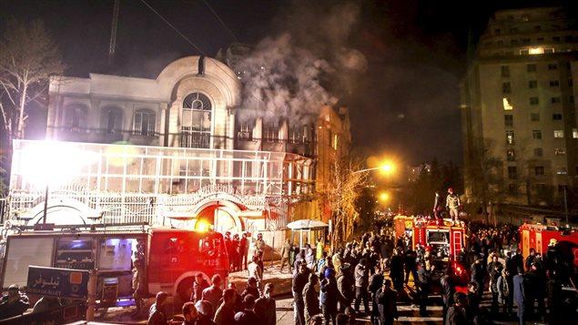 La embajada saudita en Teherán fue incendiada el 2 de enero en reacción a la ejecución del jeque chiita Nimr al-Nimr, ordenada por Arabia Saudita.
