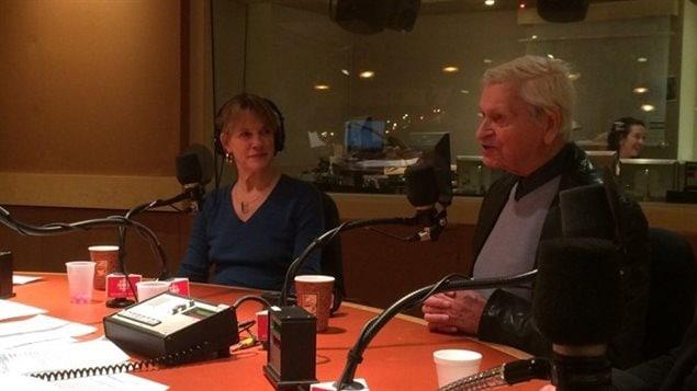 La journaliste Josée Blanchette et le père Lacroix