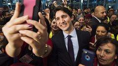 Le premier ministre Justin Trudeau s'est livré à une série d'égoportraits avant l'arrivée des réfugiés syriens à l'aéroport de Toronto.