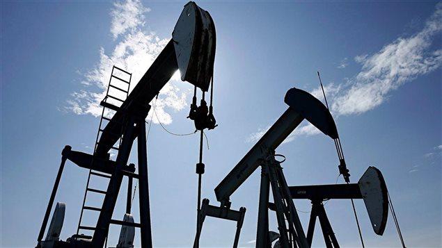 Le secteur des ressources naturelles du Canada a été fortement touché par la chute des prix du pétrole brut, qui sont passé de plus de 105dollars américains le baril en juin 2014 à moins de 40 dollars américains ces derniers mois.