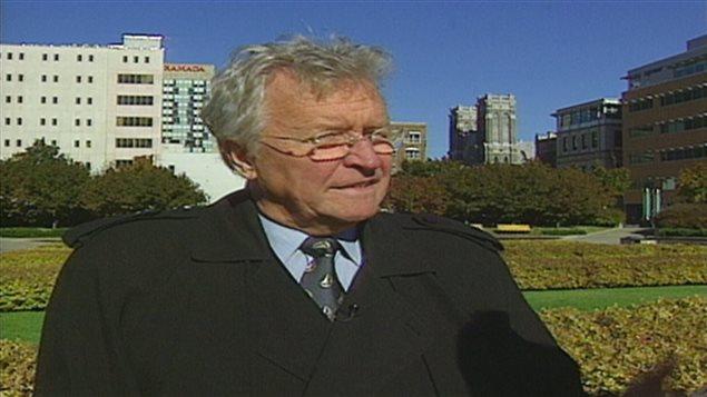 L'ex-maire de Québec Jean-Paul L'Allier devant le jardin de Saint-Roch en 1999.