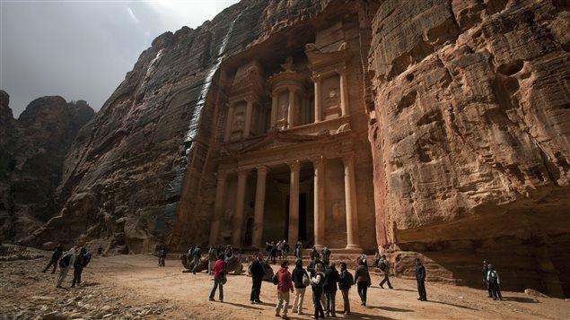 Des touristes visitent Pétra en Jordanie le 27 novembre 2010.