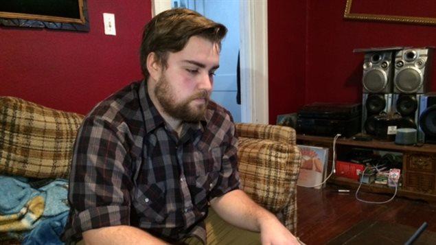 Jeremy Sax regarde des photos prises après la collision sur l'autoroute 11 qui l'a blessé gravement