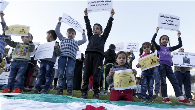 Le 26 décembre, des enfants syriens ont été réunis devant les bureaux de l'ONU, à Beyrouth, au Liban, pour demander la fin du siège de Madaya et de Zabadani.