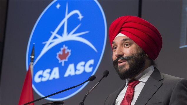 Le ministre de l'Innovation, des Sciences et du Développement économique du Canada, Navdeep Bains, lors d'une visite à l'agence spatiale canadienne à Saint-Hubert, Québec