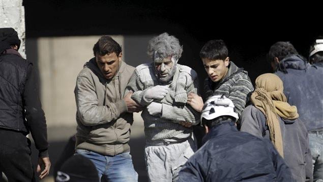 Un survivant d'un site bombardé à Ma'arrat Al-Numan en Syrie.