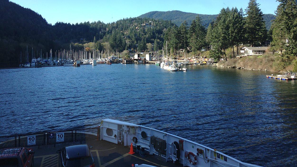 L'arriv�e du traversier au quai de �le de Bowen, pr�s de Vancouver